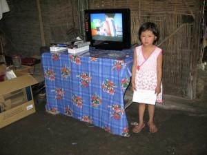 Linh_a_cote_de_la_television_et_le_lecteur_DVD-1---Small-
